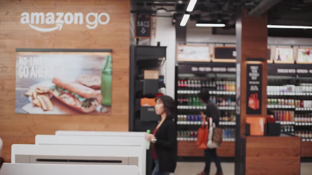 При входе в магазин нужно отсканировать QR-код приложения на турникете. После этого убираете телефон