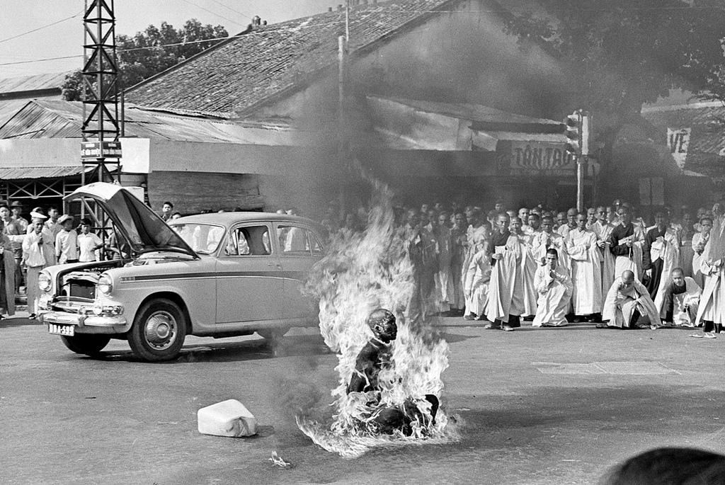 7. Самосожжение монаха В 1963 году недовольство буддистского большинства в Южном Вьетнаме достигло к