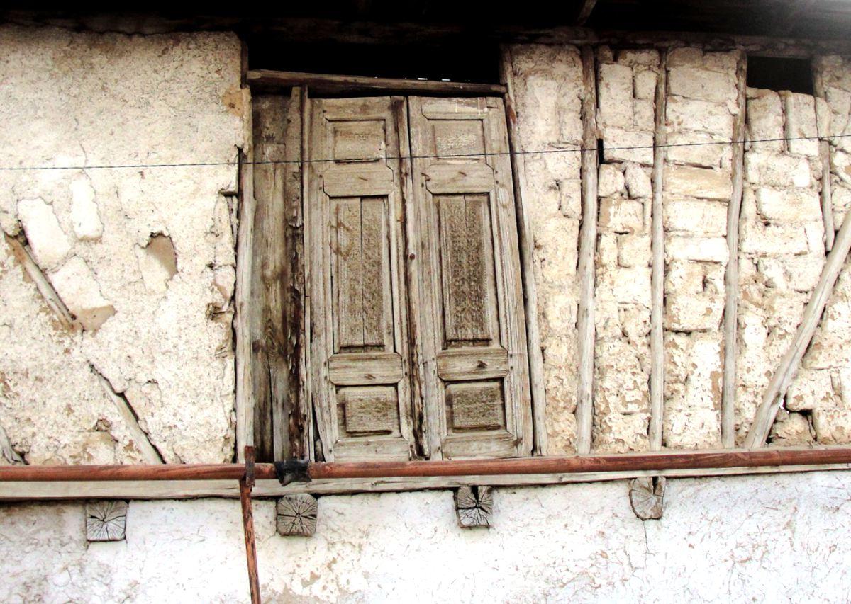 В глинобитных стенах старого Ташкента все еще попадаются деревянные дверные проемы на уровне второго