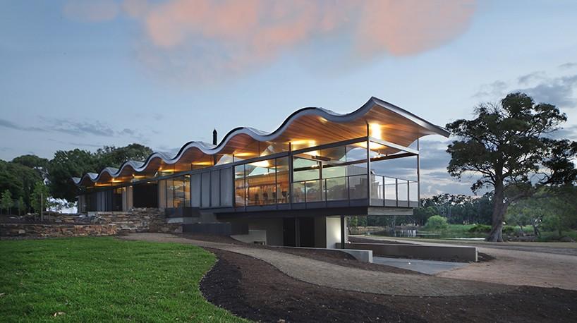 Дом с волнистой крышей в Австралии