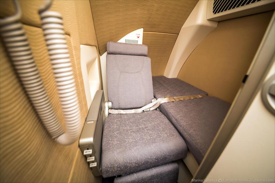 31. Сразу за кабиной две комнатушки, здесь кресло и лежанка.