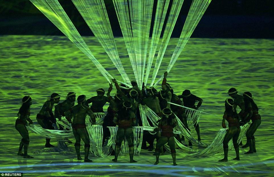 С их помощью стадион превратили в нижний ярус джунглей, где танцоры в костюмах бразильских индейцев