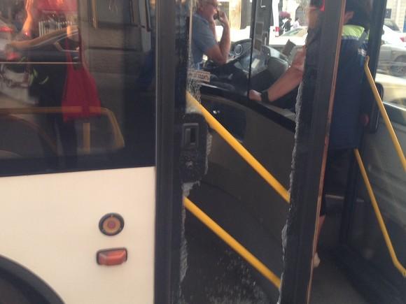 ВПетербурге девушка, торопясь на«Сапсан», разбила дверь автобуса