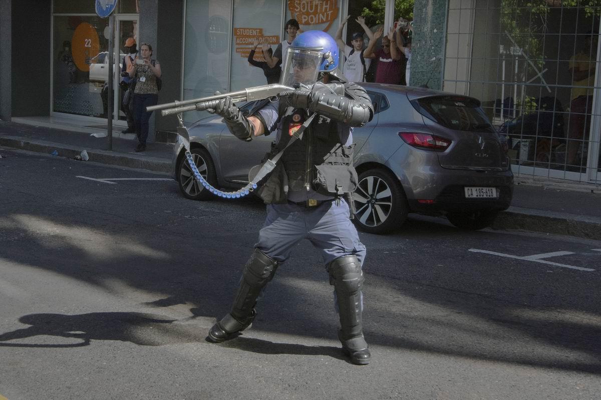 Всем стоять! Стреляю без предупреждения!: Решительный боец полицейского спецназа ЮАР