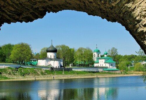 Мирожский монастырь на берегу Великой во Пскове