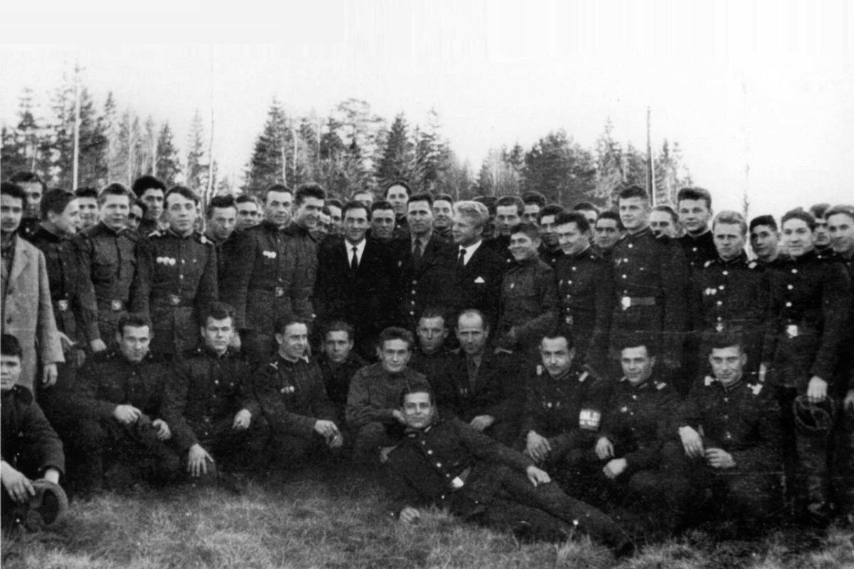 1962.  Владимир Высоцкий и Игорь Пушкарёв в одной из воинских частей в Подмосковье. Фото 6 ноября