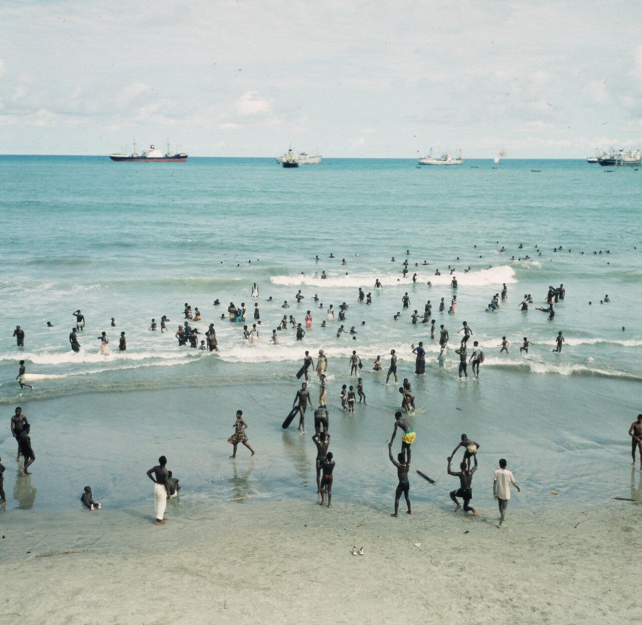 Отдыхающие на берегу возле Форта-Ашер, 20 апреля
