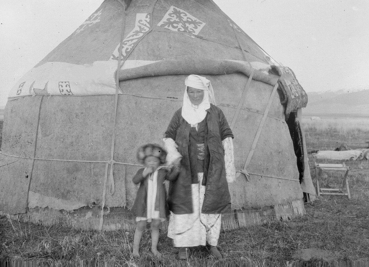 Долина реки Агиас. Богатая киргизка с сыном перед юртой