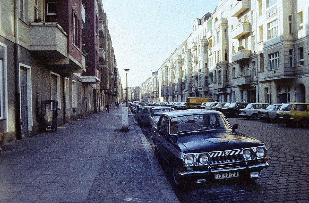 Улица Поля Робсона с припаркованными автомобилями