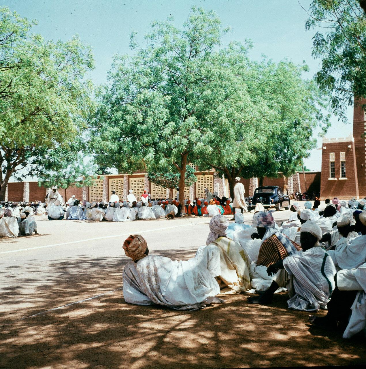 Кано. Собрание людей на площади перед главными воротами большого дворца эмира