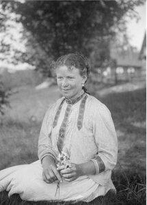 Ломоносово. Девочка Мария сидит в поле