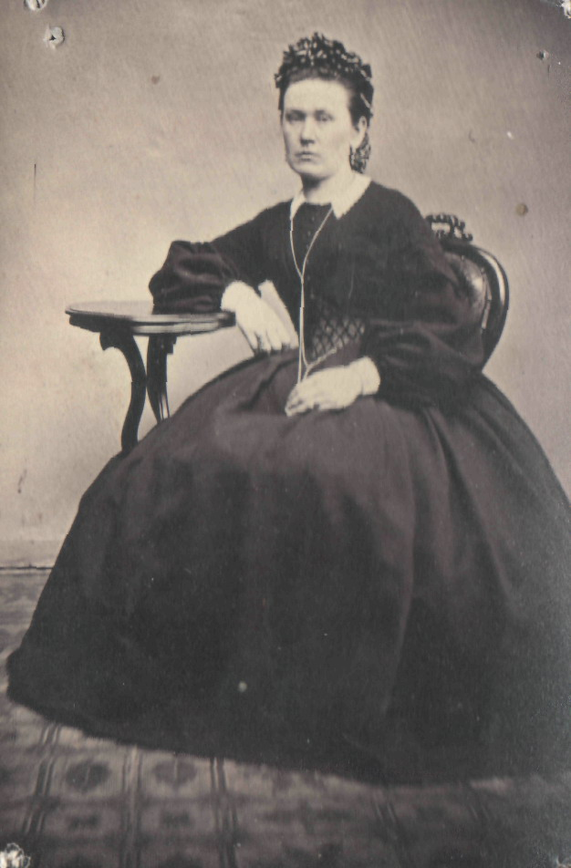 Портрет женщины в темном платье на кринолине. 1860-е