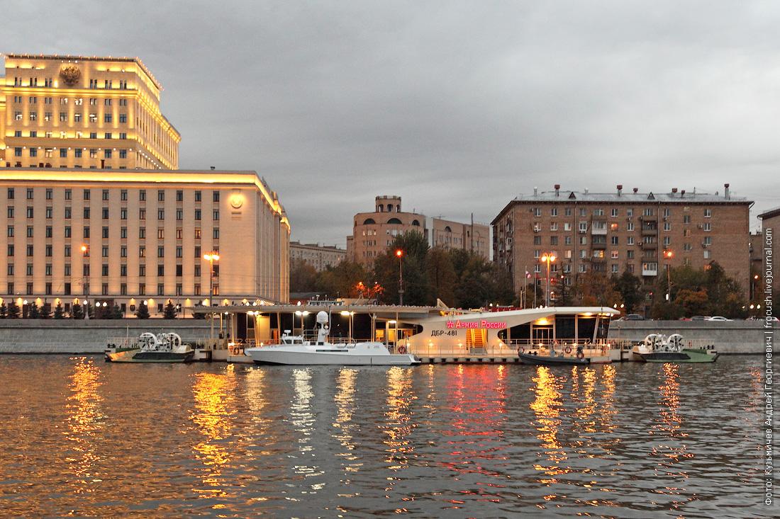 вечернее фото Национальный центр управления обороной Российской Федерации вертолетная площадка