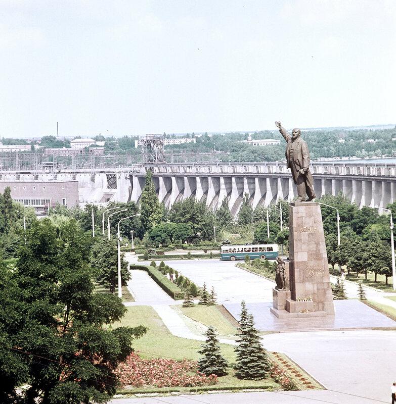 1966 Памятник В.И. Ленину у Днепропетровской гидроэлектростанции имени В.И. Ленина. М. Альперт.jpg