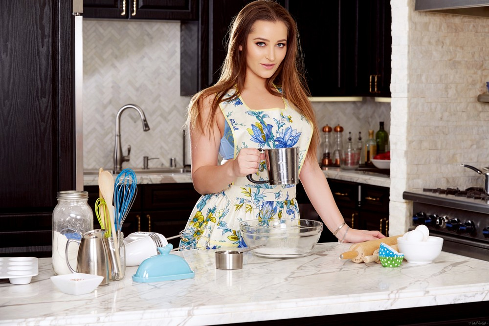 Dani Daniels хулиганит на кухне