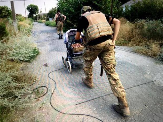 """""""Воин с детской коляской"""": сеть взорвали новые яркие фотографии из зоны АТО"""