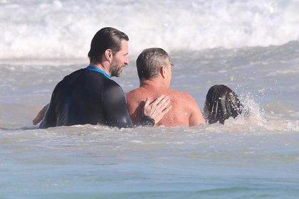Хью Джекман помогал спасателям на пляже