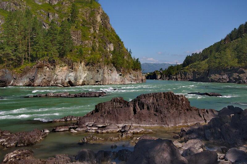 Ощетинилась река, неприступны берега.