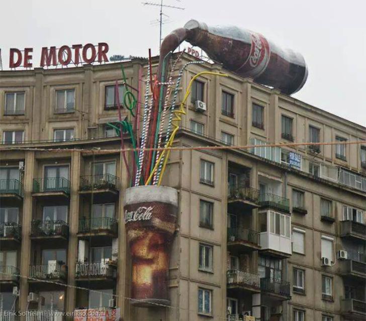 Какой-то великан опрокинул бутылку колы на крыше. Как удачно, что внизу оказался стакан, не правда л