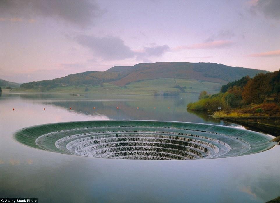 Воронка на водохранилище Ледибауэр выглядит, как портал в мир иной. В процессе строительства