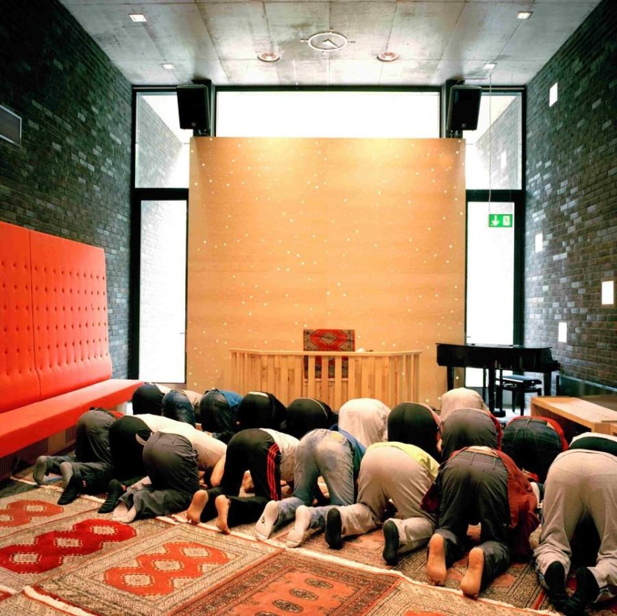 6. В тюрьме содержатся мусульмане, которые по пятницам могут помолиться с имамом, который приезжает