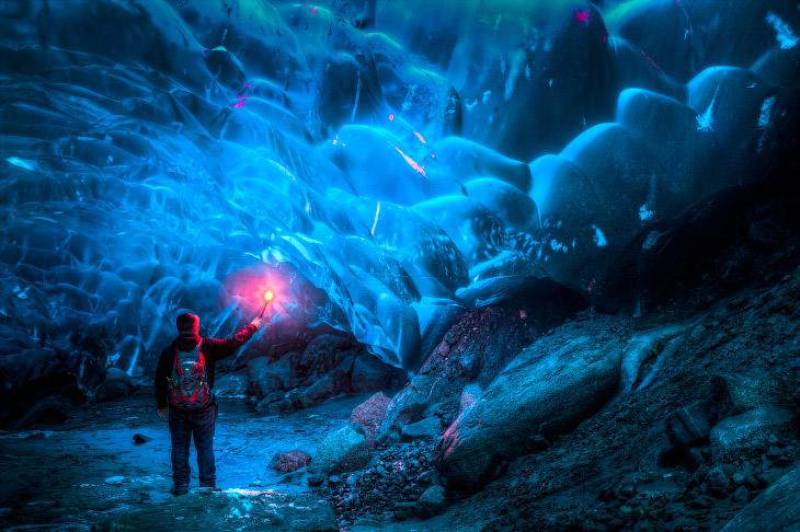1. В эту пещеру на Аляске ведет отверстие, которое образовалось из-за таяния ледника.
