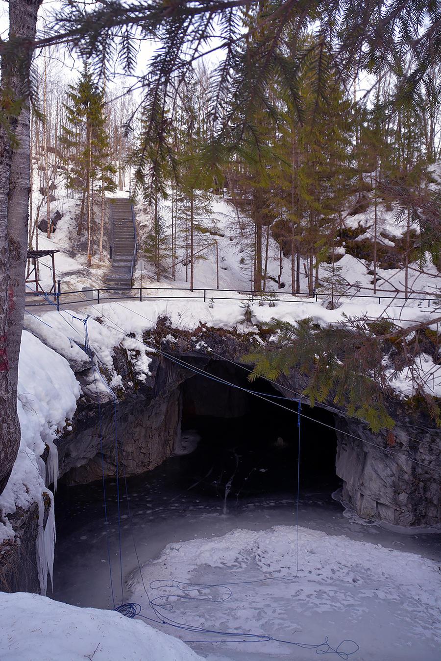 17. А если поспешить обратно, нагнать свою группу получится как раз около этой пещеры.