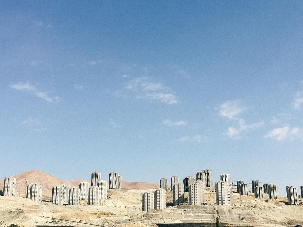Где-то по дороге через горы Альборза. «Многие люди, кто стекался в Тегеран в последние 30 лет, приез