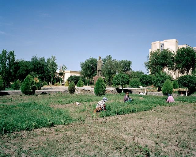 В 60-е советские власти решили превратить Узбекистан в хлопковый рай. Были построены ирригационные к