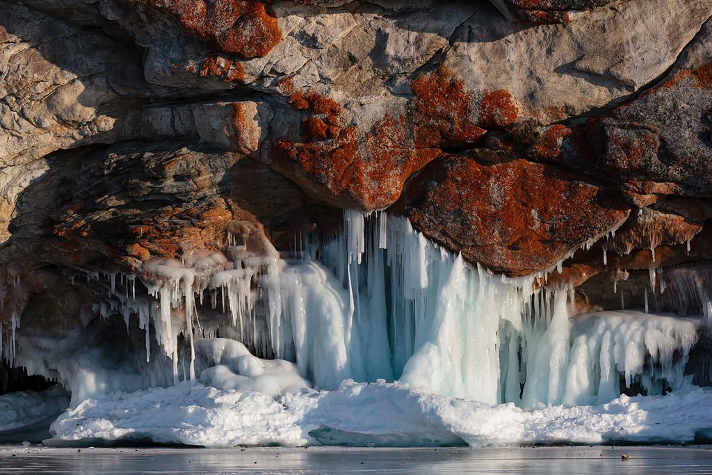 Кроме самого льда застывшего озера, еще очень интересны наплески на прибрежных скалах. Они формируют