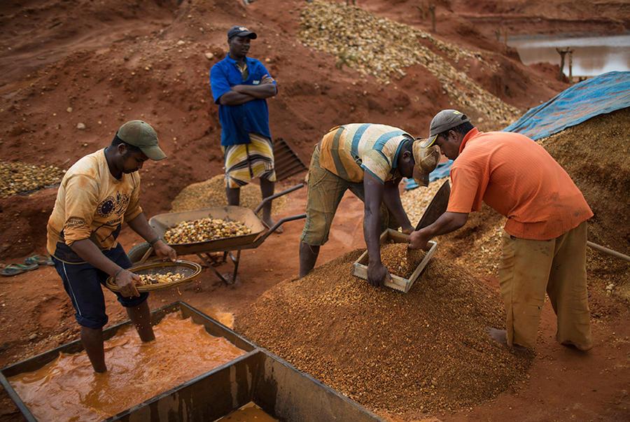 2. Рабочие просеивают гравий через сито в поисках алмазов на заброшенной шахте на территории Минас-Ж
