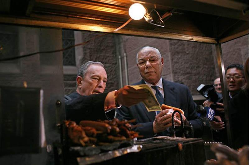 15. В октябре 2009 года мэр Блумберг и генерал Колин Пауэлл остановились перекусить хот-догами в Mid