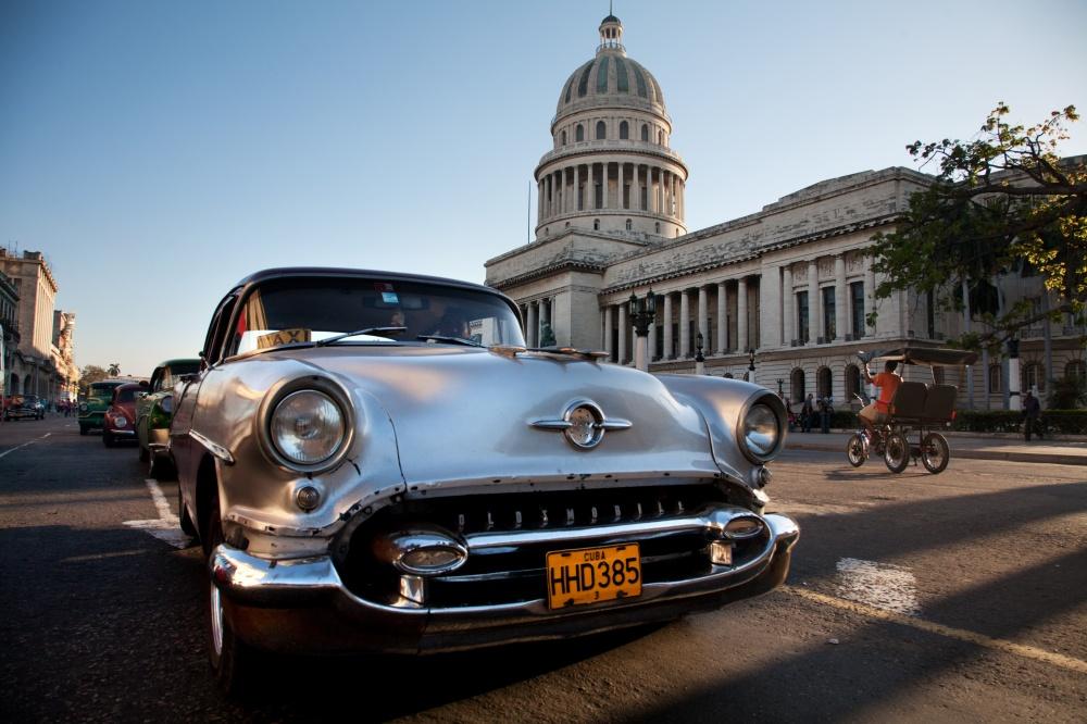 Ретро-автомобиль нафоне здания бывшего парламента Кубы (Капитолия).
