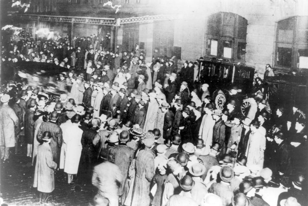 Выжившие члены экипажа парохода «Титаник», апрель 1912 года.