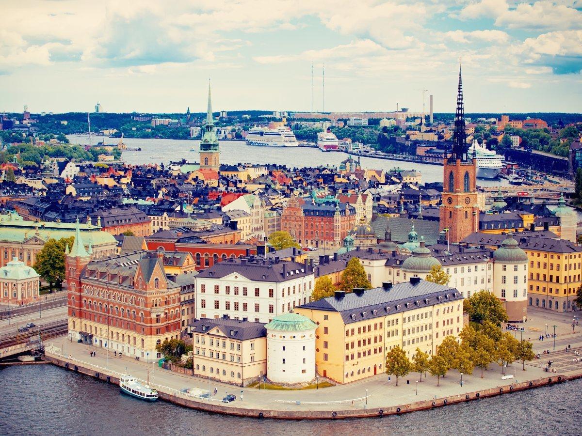 Столица Швеции Стокгольм — необычный и компактный город, где можно кататься на байдарке, ездить на в