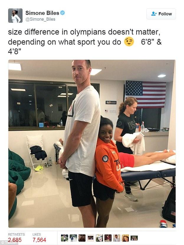 Американская гимнастка Симона Байлз демонстрирует контраст, но уверяет, что рост не имеет значения и