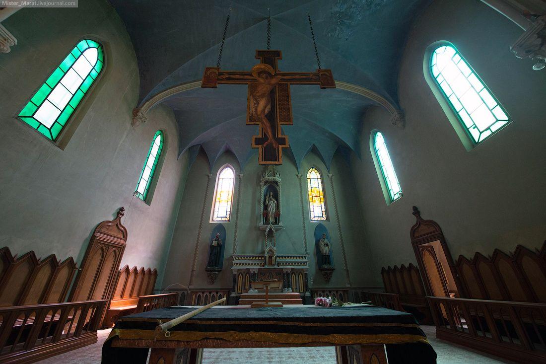 BLUE CHRIST CHURCH Ночевать было решено в одиноком домике на отшибе. Приехав туда за полночь, мы без