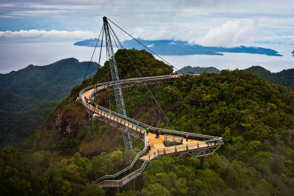 Малайзия. Кедах. Небесный мост Лангкави. Сооружение расположено на высоте 700 метров над уровнем