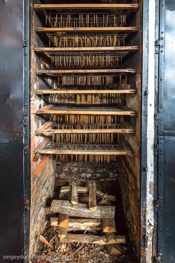 6. Готовые рыбные гирлянды вставляли в рамку для копчения и ставили в печь. Коптились от 45 минут до