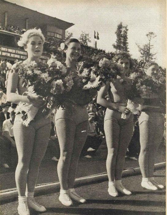 2. Награждение победительниц Фото из журнала «Смена», 1937 года.