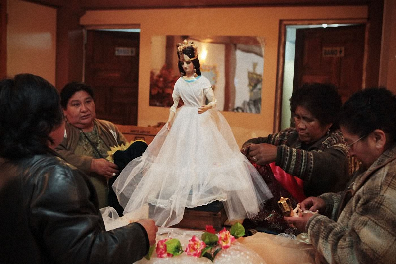 3. В пятницу (накануне карнавала) происходит очень важный ритуал переодевания Девы Марии в новые оде
