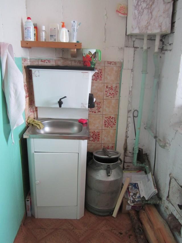 3. Это моя «ванная комната». Тут возможно только умыться да почистить зубы. Сооружение называется ру