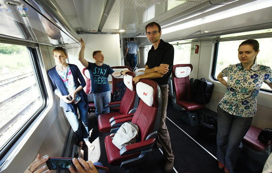 9. Все кресла в вагонах первого класса можно развернуть на 180 градусов. И розетки продублированы с