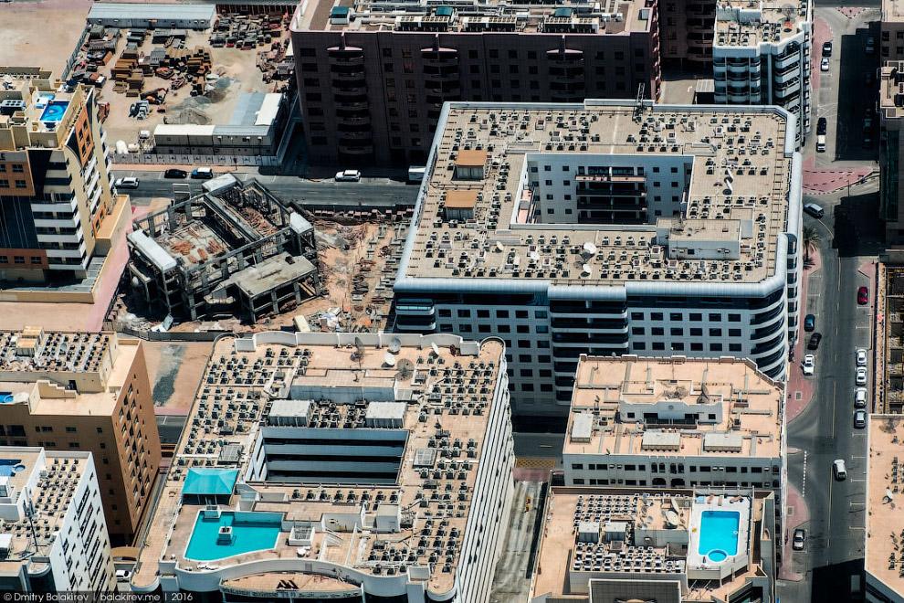 4. Типичный вид Дубая. Зеленые газоны и деревья, отвоевавшие пространство у мертвой пустыни, небанал