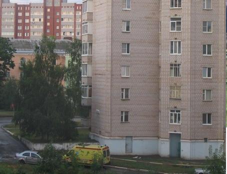 ВПетербурге, выпав изокна четвертого  этажа, умер  40-летний мужчина