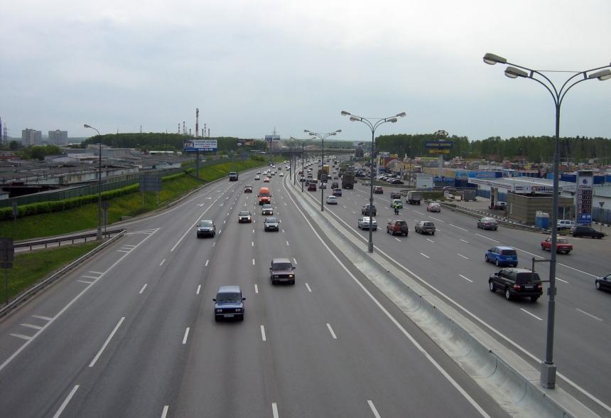 Шофёр умер в итоге опрокидывания грузового автомобиля наМКАД