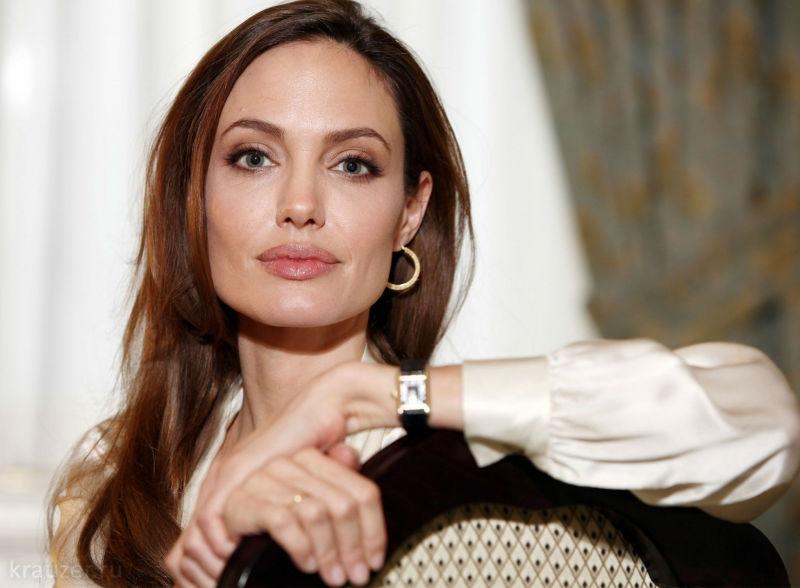 Анджелина Джоли сдочерью направились помагазинам вдень рождения Брэда Питта
