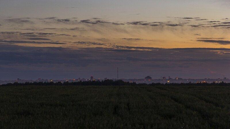 Вид на огни ночного города Кирова на горизонте. Видны Зональный, Престиж-хаус, телевышка, строящийся ж/к Алые паруса, какой-то завод