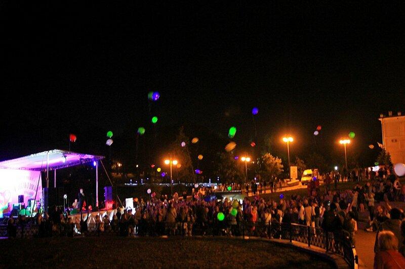 запуск светящихся воздушных шаров на набережной - Джазовый концерт и Дни романтики на Вятке 2016