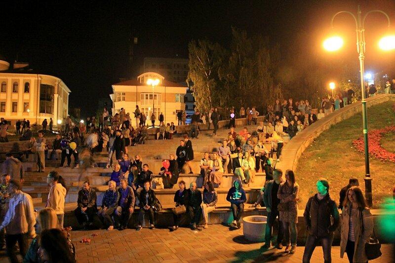 Зрители на амфитеатровых ступенях - Джазовый концерт и Дни романтики на Вятке 2016